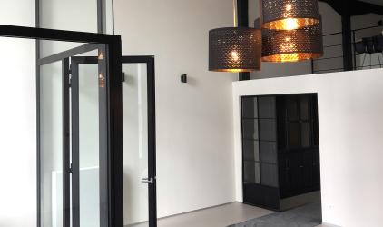 moderne ruimte wit met plakwerk en deuren