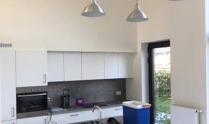 moderne keuken met plakwerk