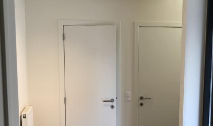 geplakte ruimte wit met deuren