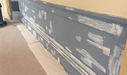 gestripte onderkant muur