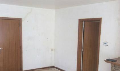 ruimte zonder behang met deuren