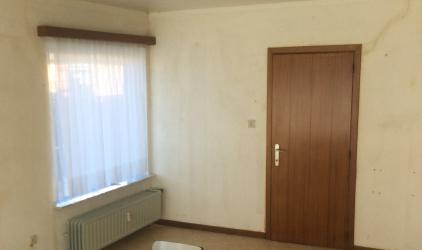 ruimte zonder behang met deur en raam
