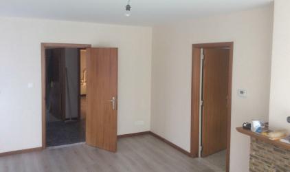 ruimte met behang en deuren